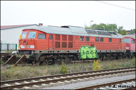 Wohl als Ersatzteilspender landete 232 229-5 bei der LEG. In Delitzsch, wo die Firma einen Sitz hat, konnte ich die arg verwahrloste Lok am 15. Oktober 2016 fotografieren