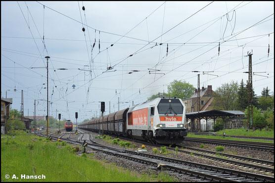 Am 14. Mai 2021 wuchtet die Lok einen schweren Schüttgutwagenzug durch Leipzig-Wiederitzsch