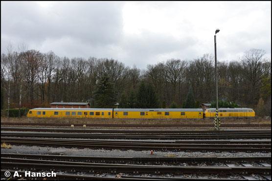 218 477-8 überrascht mich am 28. November 2017 in Chemnitz-Küchwald, als sie ihren Messzug gen Hbf. schiebt