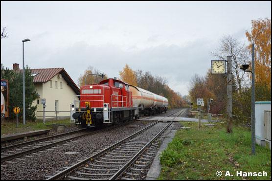 Am 13. November 2018 durchfährt die Lok mit der Gaskesselübergabe nach Hartmannsdorf den kleinen Bahnhof von Wittgensdorf-Mitte