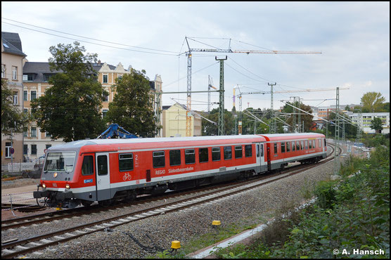 628/928 560 begibt sich am Morgen des 15. September 2021 auf Probefahrt. Gerade hat der VT die Brücke über die Augustusburger Str. in Chemnitz passiert.