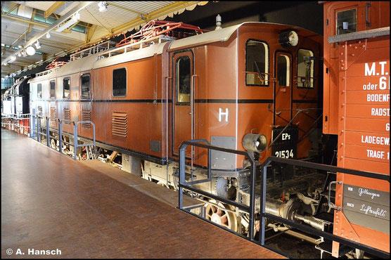 Die BR E52 wurde 1921 für den schweren Personenverkehr auf bayrischen Strecken von der DRG gebaut. Mit der EP5 ist ein Exponat der BR im DB Museum Nürnberg erhalten (15. Juli 2015)