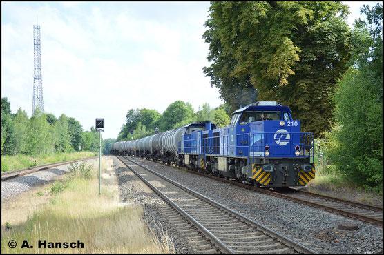 Vor Schwesterlok 275 012-3 (InfraLeuna 209) zieht 275 013-1 (InfraLeuna 210) am 28. Juni 2017 einen Kesselwagenzug nach Hartmannsdorf ins Tanklager. Hier ist gerade Wittgensdorf ob. Bf. erreicht