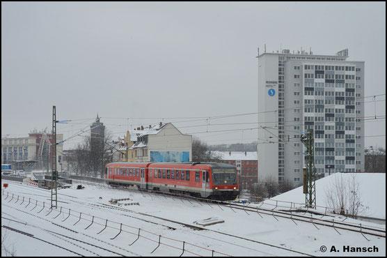 628/928 668 ist am 13. Februar 2021 ins AW Chemnitz unterwegs. Der Tag zeigt sich verschneit. Hier rollt der Triebwagen gemächlich durch den Hp Chemnitz-Süd