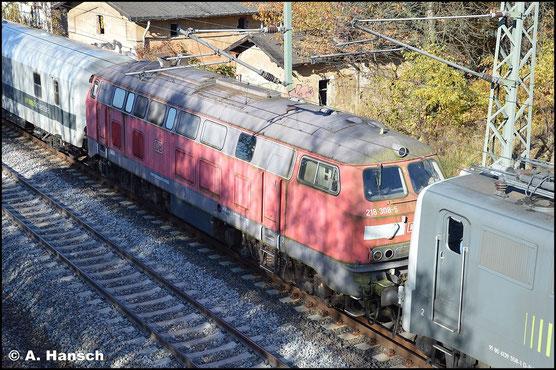 218 308-5 war seit 2007 in Chemnitz abgestellt. Am 1. November 2015 wird die Lok (inzwischen verkauft an die HEROS Helvetic Rolling Stock GmbH) als DbZ 92929 nach Dessau überführt. Hier ist die Fuhre kurz vorm Bf. Niederwiesa zu sehen