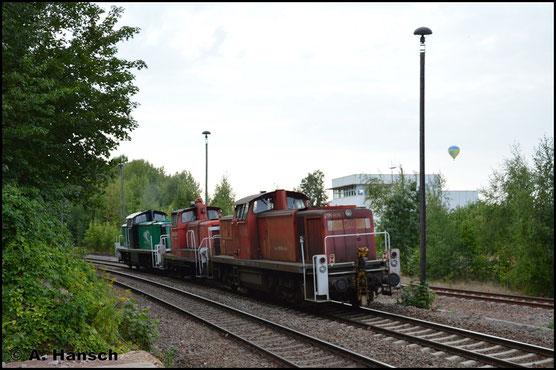 Am 21. August 2018 wird die Lok schließlich gemeinsam mit 363 146-2 aus dem Stillstandsmanagement abgeholt. 295 098-8 zieht die Fuhre hier durch Chemnitz-Küchwald