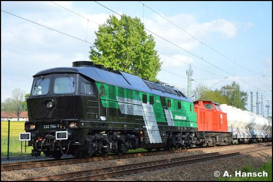 232 704-7 wurde 2018 von Skinest Rail AS aus Estland gekauft und aufgearbeitet. Am 17. Mai 2019 ist der Exot für die Triangula Logistic Service GmbH in Deutschland im Einsatz. Vor 202 264-8 zieht sie am 17. Mai 2019 einen Zementzug durch Chemnitz-Furth