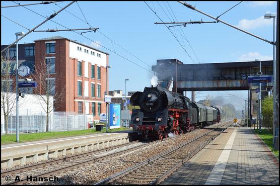 Am 10. April 2017 ist die Lok auf dem Rückweg vom Dresdner Dampfloktreffen. Mit 35 1097-1 am Zugschluss donnert die Maschine durch den Hp Chemnitz-Schönau. Auffällig sind die Loknummernschilder ohne Selbstkontrollziffer