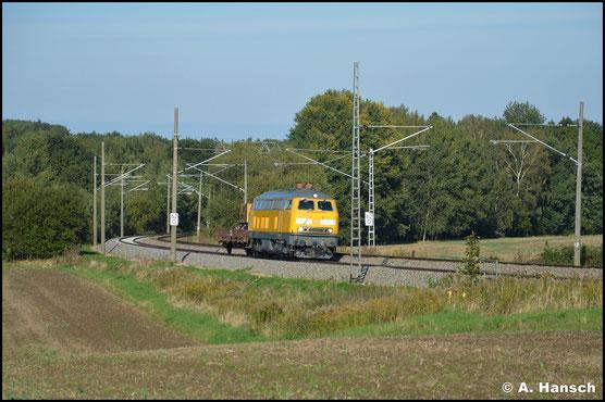 218 449-7 ist für DB Netz im Einsatz. Auch am 01. Oktober 2020 trägt sie das typische gelb und zieht einen Res-Wagen durch Chemnitz-Furth