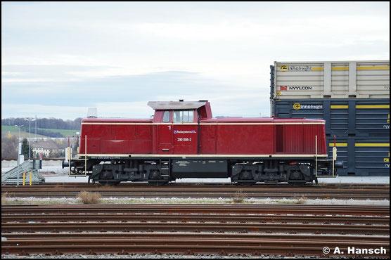 Am 27. Januar 2016 hat die Lok ein ganz neues Gesicht. Inzwischen gehört sie der Railsystems RP GmbH. Häufig wird sie für Rangierarbeiten im Bf. Glauchau eingesetzt, wo sie hier gerade am Containerterminal ruht