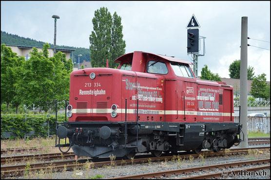 213 334-6 der Rennsteigbahn brachte am 20. Juni 2015 einen Sonderzug von Ilmenau nach Sonneberg (Thür.). Dort öffnete Piko die Pforten zum Tag der offenen Tür