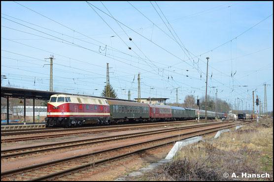 16. März 2020: Die Maschine gehört inzwischen der PRESS und schiebt hier einen langen Leerreisezug, gezogen von 112 565-7, durch den Bf. Gößnitz