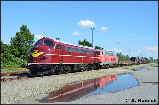 Mit neuem Lack erstrahlt die Lok am 29. Juli 2017 in Chemnitz-Süd in ganz anderem Glanz. Vor 218 139-4 rangiert sie Schotterwagen zusammen