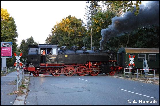 Am 30. September 2018 überquert 86 1333-3 mit einem Sonderzug die Scheffelstraße in Chemnitz. Dieser Streckenteil zwischen Chemnitz-Süd und Altchemnitz ist planmäßig nicht mehr befahren, weshalb der BÜ manuell gesichert werden musste
