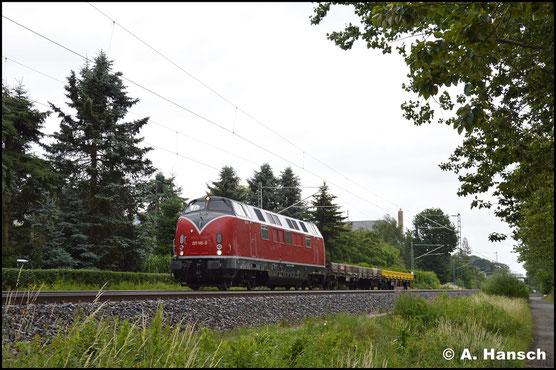 In Grüna treffe ich die Lok am 24. Juni 2018 mit modellbahngerechtem Kurzzug an. Sie ist auf dem Weg nach Oelsnitz (Vogtland)