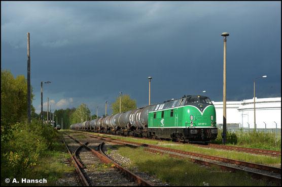Am 20. Mai 2021 ist die grün lackierte 221 147-2 der Flex GmbH in Hartmannsdorf zu Gast. Wegen eines Schadens an der Pipeline von Leuna kam es zu erhöhtem Aufkommen an Kesselzügen. Hier rangiert die Lok einen Leerzug zusammen