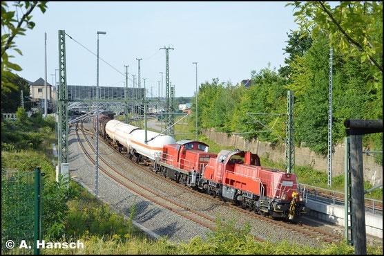 261 011-1 hat am 1. August 2017 die Übergabe nach Zwickau am Haken. Auch 294 668-9 läuft als Wagenlok mit. Hier verlässt der Zug Chemnitz Hbf.