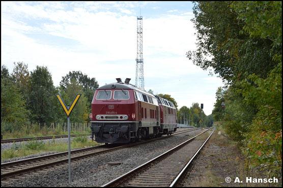 218 455-4 rollt am 6. Oktober 2018 am Haken von 221 122-5 durch Wittgensdorf ob. Bf.