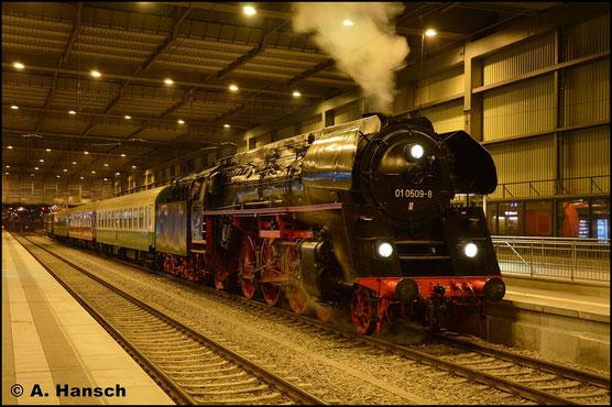 Am 1. Dezember 2018 ist 01 0509-8 mit einem Sonderzug aus Dresden in Chemnitz Hbf. angekommen. 142 001-7 ist am Zugschluss