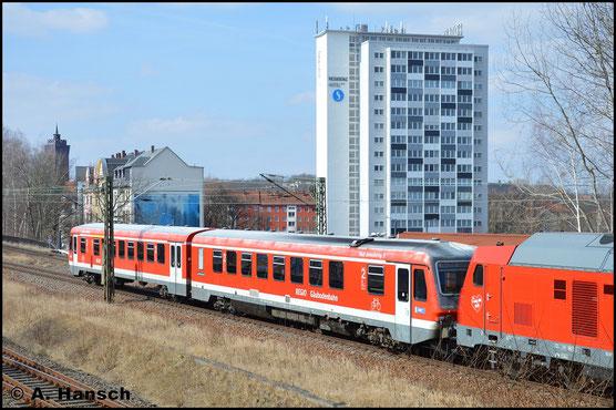 628/928 425 ist ein Triebwagen der Gäubodenbahn. Am 24. März 2018 durchfährt dieser am Haken von 245 010-4 Chemnitz-Süd. Ziel ist das AW Chemnitz