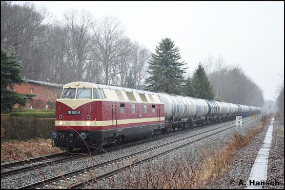 Bei echtem Sauwetter, aber endlich mal im Planeinsatz erwischte ich die Lok am 17. März 2017 mit Kesselwagenzug in Chemnitz-Küchwald