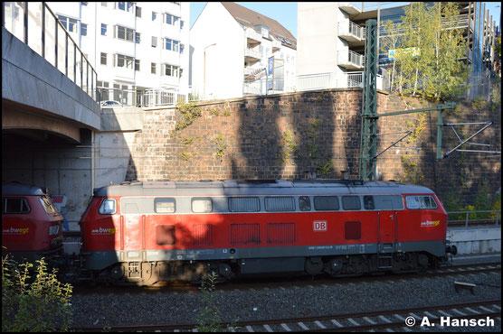 218 495-0 hängt am 7. Oktober 2019 an einem Lokzug von Ulm nach Cottbus. Hier bei der Einfahrt in Chemnitz Hbf.