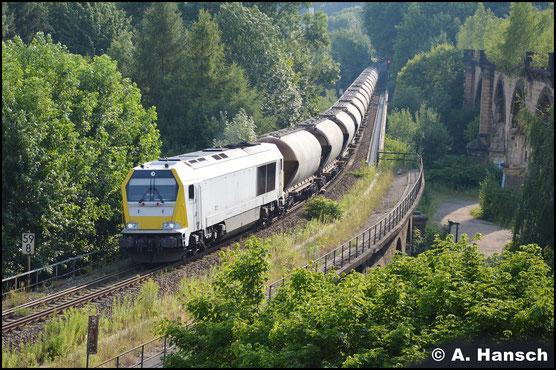 """Wegen einer Streckensperrung wurde der Kalkleerzug am 9. Juli 2017 über Chemnitz Hbf. geschickt. Von der """"Klapperbrücke"""" im Chemnitztal aus erwischte ich den Zug im abendlichen Streiflicht"""