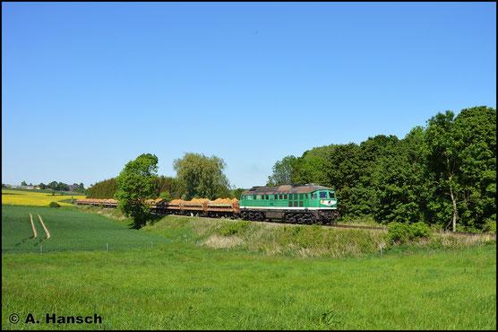 Am 14. Mai 2018 treffe ich die Lok bei ihrer Hauptaufgabe, dem Sandverkehr auf der ehem. Wismut-Werkbahn an. Am Posten 8, in der Frankenauer Senke, beschleunigt sie einen Vollzug gen Großenstein