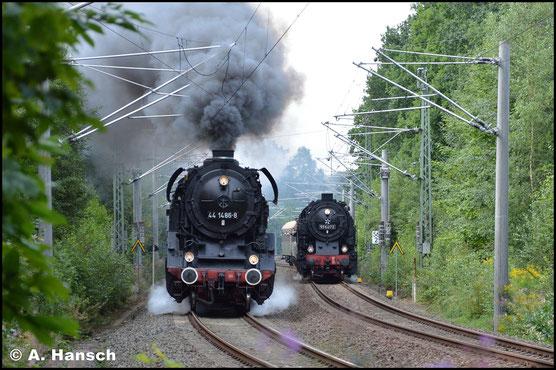 Am 19. August 2017 gab es 44 1486-8 in Aktion zu sehen. Bei einer Parallelfahrt arbeit sich der Lokbulle neben 95 1027-2 die Oederaner Steigung gen Freiberg (Sachs.) hinauf