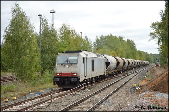 Am 27. September 2018 wird der Kalkzug nach Chemnitz-Küchwald über den Chemnitzer Hbf. umgeleitet. Dies ermöglichte ein Bild des Zuges am entstehenden Hp Chemnitz-Küchwald. 285 102-0 zieht die Fuhre