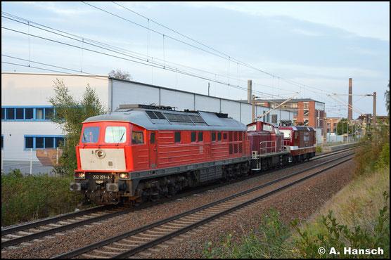 Gerade noch ordentlich ausgeleuchtet, zieht die Lok am 02. Oktober 2020 einen Lokzug durch Chemnitz-Schönau