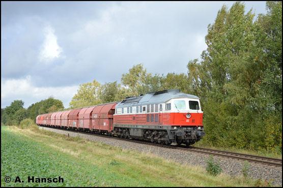 """232 105-7 war zuletzt für DB Schenker Rail Polska im Einsatz, was ihre Lackierung als """"Polenflagge"""" verrät. Am 3. Oktober 2017 verirrt sich die inzwischen umstationierte Lok nach Wittgensdorf, wo sie einen Leergipszug nach Küchwald am Haken hat"""