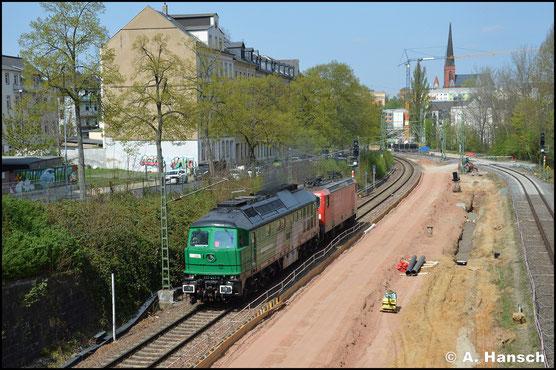 Im Dienste der SRS und mit entsprechendem Frontlogo versehen, rollt die Lok mit 143 893-6 am Haken durch´s Chemnitzer Stadtgebiet