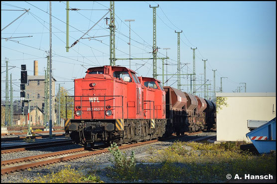 202 453-7 (WFL Lok 16) und 202 822-3 (WFL Lok 15) sonnen sich am 1. November 2015 an einem Schotterzug in Chemnitz Hbf. Wenig später wird dieser zur Baustelle zwischen Chemnitz-Hilbersdorf und und Niederwiesa gefahren