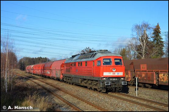 232 609-8 hat mit ihrem Leergipszug nach Chemnitz-Küchwald gerade Wittgensdorf ob. Bf. erreicht. Die Leerkohle, ebenfalls aus Küchwald, wartet die Zugkreuzung ab (27.12.2018)