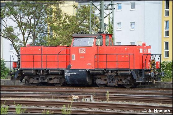 Auch die DB setzt eine ex Bundesbahn V100 in Vollmodernisierungsvariante ein. 214 016-8 steht am 15. Juli 2015 in Nürnberg Hbf.