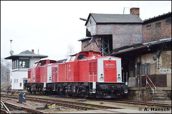 """Zur Saisoneröffnung des SEM Chemnitz am 10. April 2016 konnte die Maschine vor ihrem """"Farbzwilling"""" 202 885-0 festgehalten werden"""