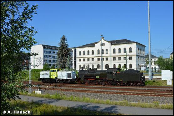38 2455 (P8 Posen) wird am 27. Juni 2020 von Dresden-Altstadt nach Fürth überführt. Am Haken von 203 163-1 (ITL/Captrain) verlässt die Lok hier gerade Chemnitz Hbf.