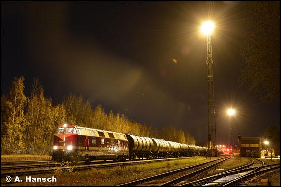 Am Abend des 4. Dezember 2018 holt die V180 wieder einen Kesselwagenzug aus dem Rbf. Chemnitz-Küchwald. Beim Warten auf Ausfahrt konnte eine Langzeitbelichtung angefertigt werden
