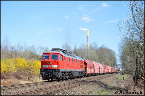 Der 10. April 2018 zeigte sich äußerst frühlingshaft. 232 209-7 rundet die langsam bunt werdende Vegetation in Chemnitz-Borna ab, als sie mit Gipszug gen Geithain eilt