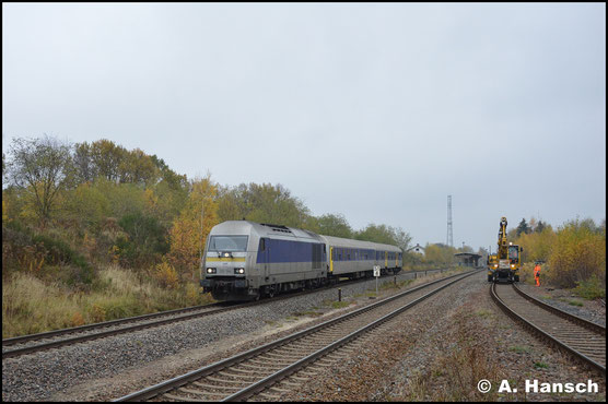 Am 7. November 2017 herrscht Wagenmangel bei der MRB. Mit sparsamer 2-Wagen-Garnitur durchfährt 223 144-7 Wittgensdorf ob. Bf. gen Burgstädt