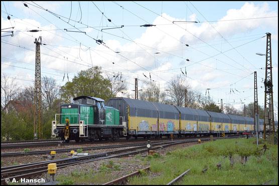 Am 05.05.2021 kam mir die Lok dann in den Firmenfarben des neuen Besitzers vor die Linse gefahren. In Leipzig-Wiederitzsch hatte sie an einem langen Autozug ordentlich zu tun
