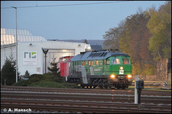 Unter der Flagge der RISS kehrt die Lok am 10. November 2020 zum firmeneigenen Schuppen am AW Chemnitz zurück. Hinter ihr weilt 202 743-1