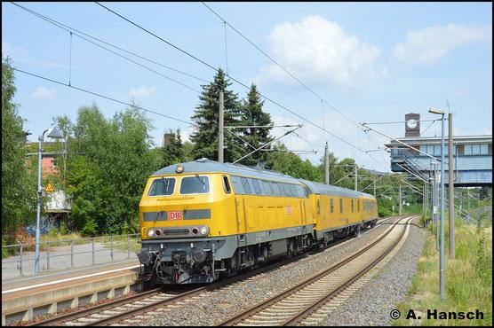 218 471-1 durchfährt am 18. Juli 2018 in hohem Tempo Chemnitz-Hilbersdorf Hp. Am Haken hat sie einen Messzug, mit welchem sie, aus Olbernhau-Grünthal kommend, auf dem Weg nach Chemnitz Hbf. ist