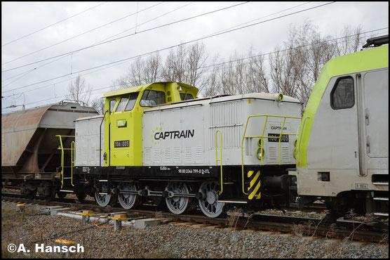 346 799-0 (ITL 106 005) ist am 29. Januar 2018 Wagenlok in einem Getreidezug, gezogen von 185 581-6. Das Bild entstand in Leipzig-Thekla