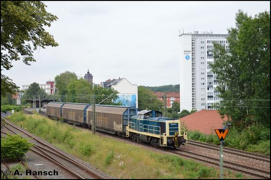 Am 18. Juni 2018 hilft die Lok an der Übergabe nach Chemnitz aus. In Chemnitz-Süd entstand dieses Bild. Am Haken hat sie 3 Schiebewandwagen für VW