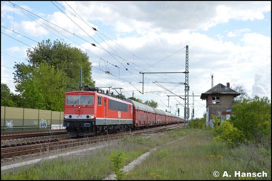 """Die """"Schere"""" auf dem Dach hat die Lok am 13. Mai 2019 längst eingebüßt. In Böhlen bei Leipzig hat die Lok einen langen Auto(teile)zug am Haken"""