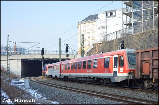628 344 wird, gemeinsam mit 629 344 (ex 628 349) am 9. Februar 2018 von Karsdorf nach Tschechien überführt. Hier hat die Fuhre (Dgs 44387) fast Chemnitz Hbf. erreicht. Zuglok ist 745 701-3