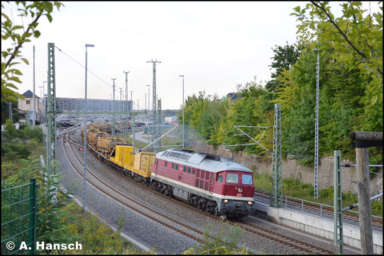 Geräuschvoll beschleunigt sie am 4. September 2017 einen Gleisbettreinigungszug, mit dem sie Chemnitz Hbf. in Richtung einer Gleisbaustelle nahe Wüstenbrand verlässt