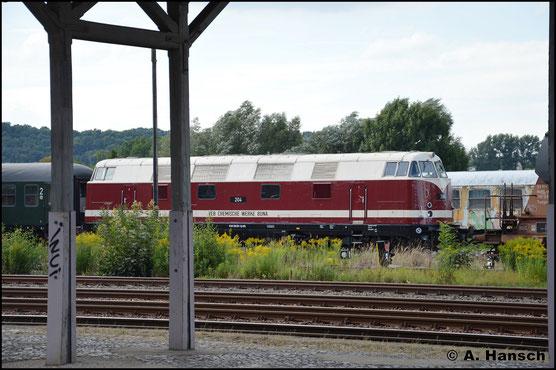 Am 18. August 2017 ist die Lok kaum wieder zu erkennen. Sie trägt nun die Lackierung der ehem. Lok 204 der BUNA-Werke. Im Bf. Nossen wartet sie auf neue Aufgaben